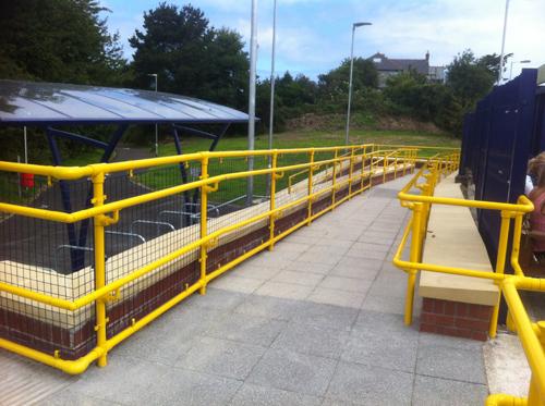 Kee_Klamp_with_weld_mesh_panels.jpg