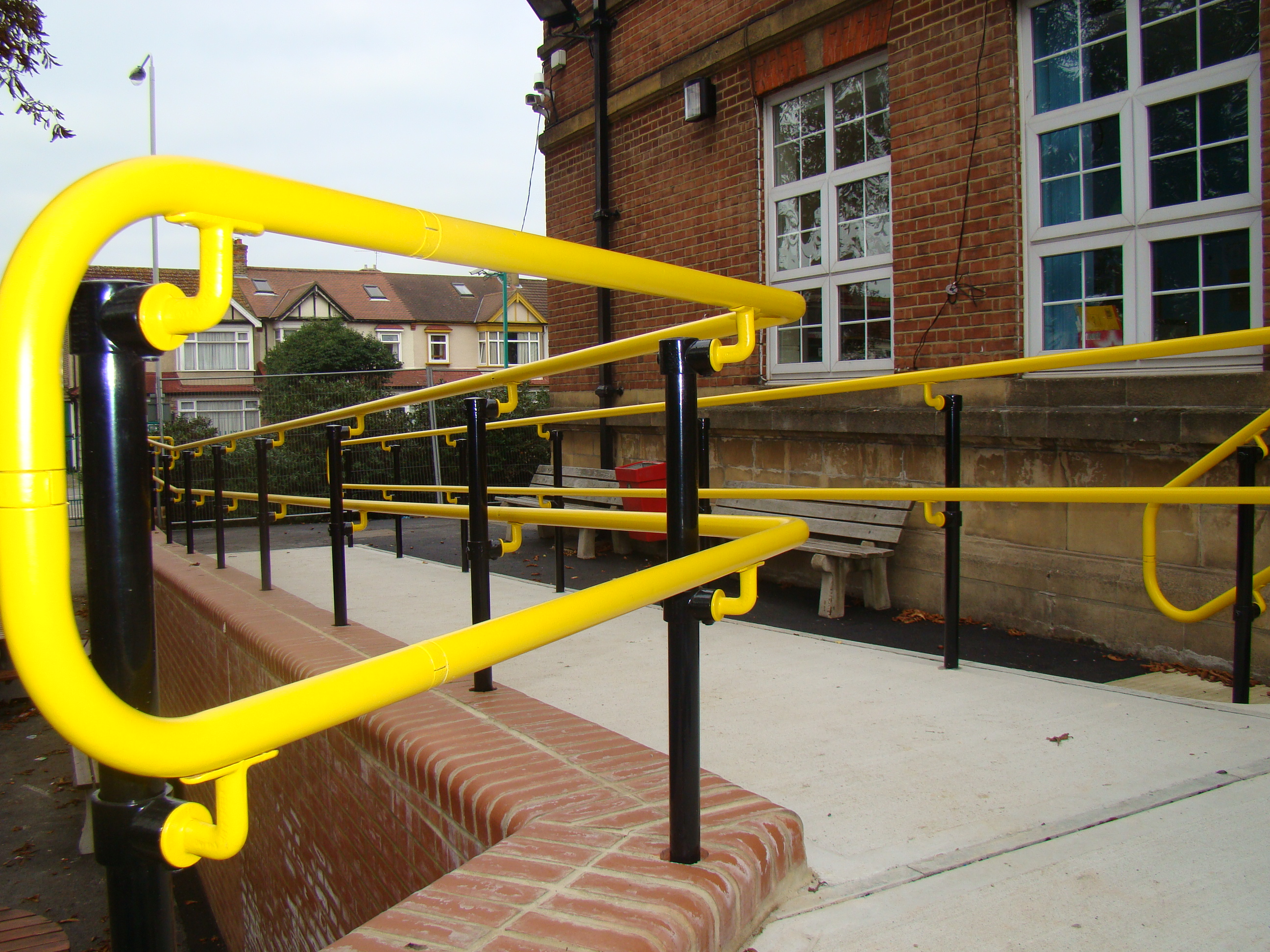 Visually contrasting handrail